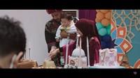 <p>Acara ulang tahun semakin lengkap dengan prosesi pemotongan kue. Baby Air memiliki kue yang dibentuk menyerupai emas batangan. Semakin mewah, ada dekorasi masjid berukuran besar pada kuenya lho. (Foto: YouTube Aish TV)</p>