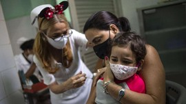 FOTO: 'Minnie Mouse' Suntik Vaksin Covid Anak 2 Tahun di Kuba