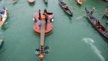 FOTO: Alunan Musik di Atas Kapal 'Biola Nuh' Raksasa
