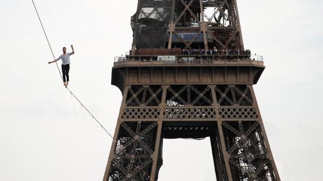 FOTO: Aksi Menyeberangi Menara Eiffel dengan Seutas Tali