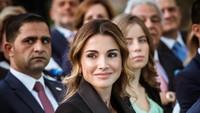 <p>Queen Raniakini sudah berusia 51 tahun, Bunda. Ia dilahirkan di Kuwait, 31 Agustus 1970 dari pasangan orang tua berdarah Palestina. Ia juga mewarisi daarah Turki dari kakeknya. (Foto: Instagram @queenrania)</p>