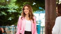 <p>Tengok saja potret Queen Rania ketika mengenakan baju kasual. Ia tampil mengenakan outfit warna baby pink yang dipadu dengan celana hitam. Sudah terlihat seperti ABG kekinian belum? (Foto: Instagram @queenrania)</p>