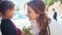 <p>Sebagai permaisuri dari Yordania, Queen Rania sangat aktif dalam kegiatan politik dan sosial. Ia selalu mendampingi suaminya dan rutin melakukan kegiatan kemasyarakatan. (Foto: Instagram @queenrania)</p>