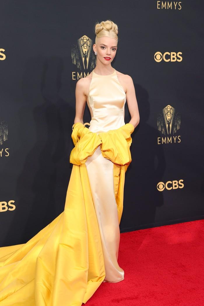 Gaun rancangan Dior juga turut menjadi pilihan Anya Taylor-Joy. Ia turut mengenakannya bersama robe dalam warna kuning nan vibran memberi kesan retro glamor. Foto: Getty Images