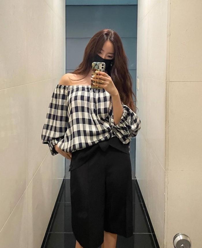 Atasan off-shoulder dipadukan dengan celana seperti yang dipakai Hyomin ini cocok banget untuk aktifitas santai, Beauties./Foto: Instagram.com/hyominnn