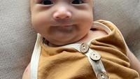 <p>Tumbuh besar, baby Anzel sudah pandai berpose di kamera lho. Tengok saja mimik wajahnya yang sangat ekspresif. (Foto: Instagram @audimarissa)</p>