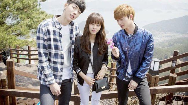 School 2015 merupakan drama remaja yang dibintangi Kim So-hyun, Nam Joo-hyuk, dan Yook Sung-jae BTOB. Berikut sinopsis School 2015.
