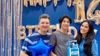 <p>Di usianya yang masih 14 tahun, tinggi Eddy Meijer kini sudah melampaui tinggi ayah dan bundanya, lho. Wah, enggak kebayang kalau sudah 17 tahun nanti. (Foto: Instagram @maudykoesnaedi)</p>