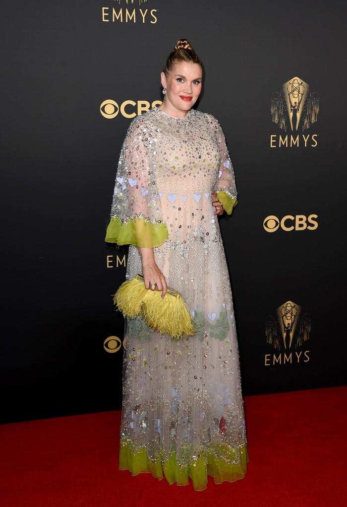 Aktris dan sutradara, Emerald Fennell tak ragu untuk bereksplorasi dalam gaun berhiaskan embellishment dan feathers karya rumah mode Valentino. Foto: Getty Images