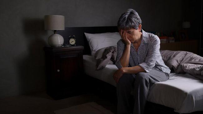 Alzheimer menjadi salah satu penyakit yang bisa dialami saat memasuki usia senja. Berikut penjelasan soal penyakit Alzheimer dari gejala hingga pencegahan.