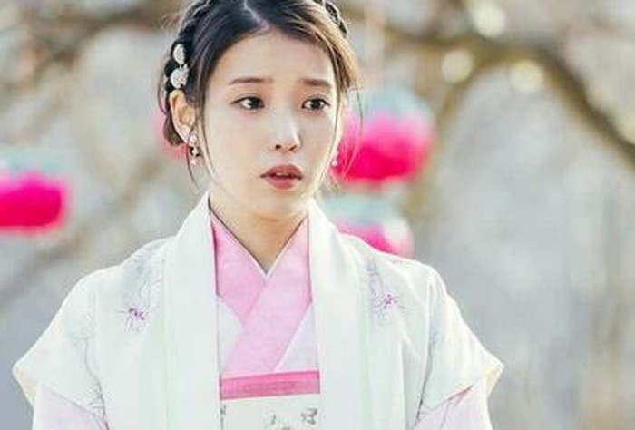 Selain Kang Ha Na, penyanyi solo sekaligus aktris cantik IU juga berakting dalam serial drama Moon Lovers: Scarlet Heart Ryeo (2016) sebagai Hae Soo. Dengan image yang polos dan natural, IU kelihatan cantik banget, ya!/Foto: SBS Drama