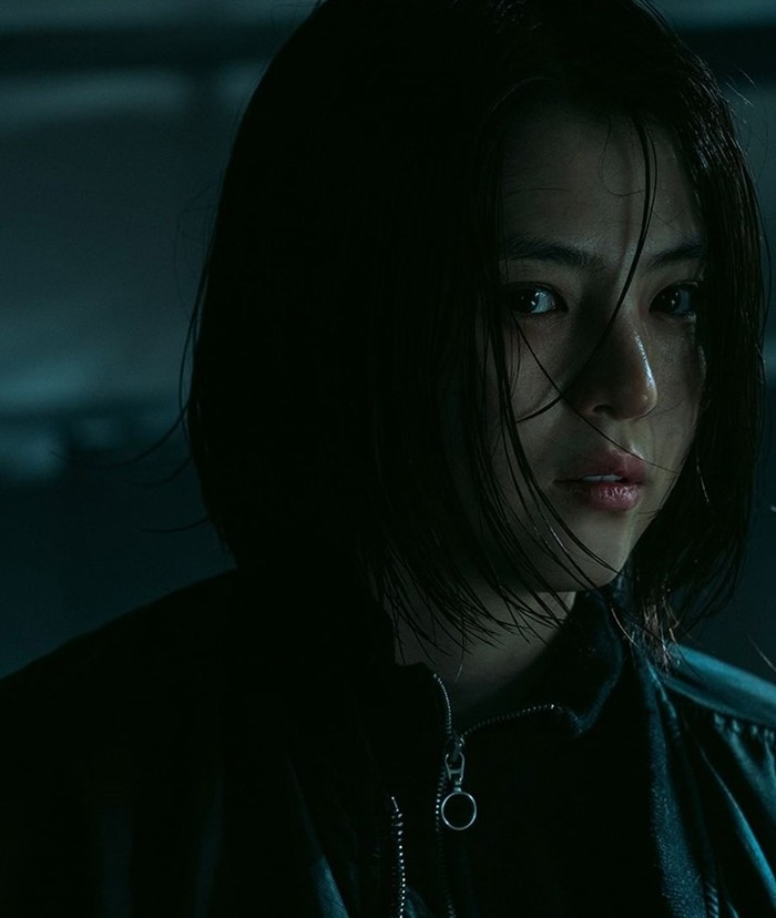 Karakter yang diperankannya kali ini adalah Yoon Ji Woo, seorang anggota grup kriminal bernama Dongcheonpa. Ia memiliki misi balas dendam atas kematian Ayahnya. Untuk menjalankan misinya, ia pun menyamar sebagai polisi./Foto: Instagram/netflixkr
