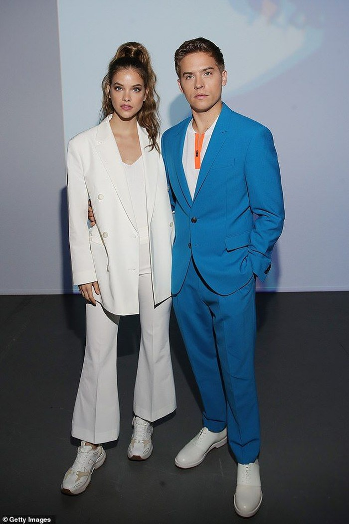Ketika menghadiri fashion week di Milan, mereka juga kompak mengenakan setelan jas dari Boss. Menurutmu, siapa yang paling cocok mengenakannya, Beauties? Foto: pinterest.com/Daily Mail