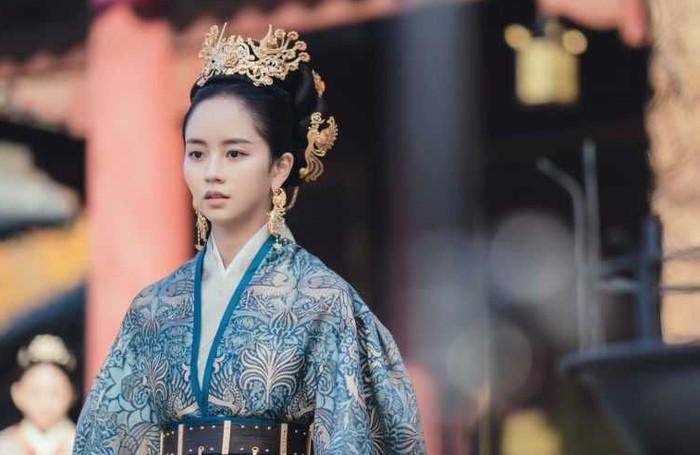 Kim So Hyun yang terkenal dengan peran sebagai 'anak sekolah', ia mendapat peran baru sebagai Ratu Yeon dalam drama River Where The Moon Rises (2021). Bagaimana penampilan Kim So Hyun menurut kamu?/Foto: KBS Drama