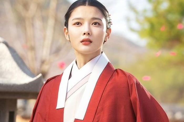 Drama yang tengah hangat dibicarakan saat ini, Lovers of The Red Sky (2021) dibintangi aktris cantik Kim Yoo Jung, sebagai Hong Cheon Ki. Beradu akting dengan Ahn Hyo Seop, ia berperan sebagai pelukis yang andal!/Foto: SBS Drama