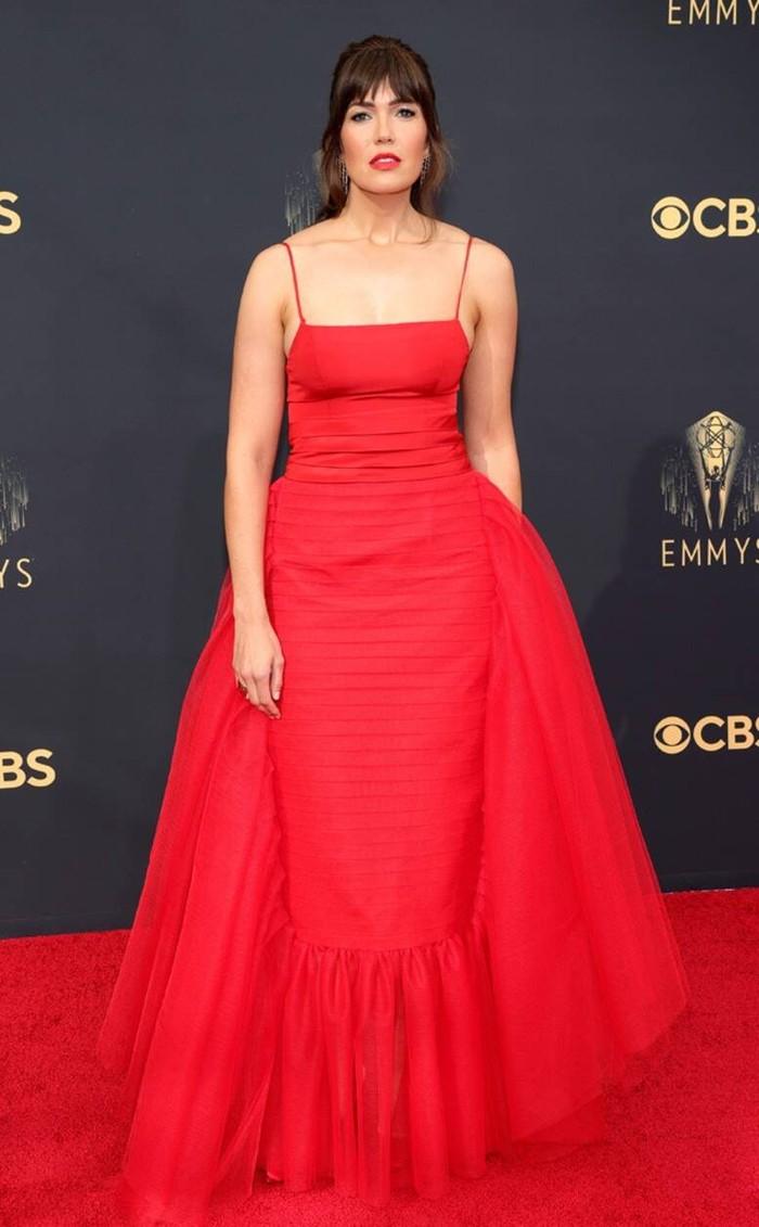 Kesan klasik terasa pada tampilan Mandy Moore lewat gaun bersiluet mermaid dalam warna merah rancangan label Carolina Herrera.Foto: Getty Images