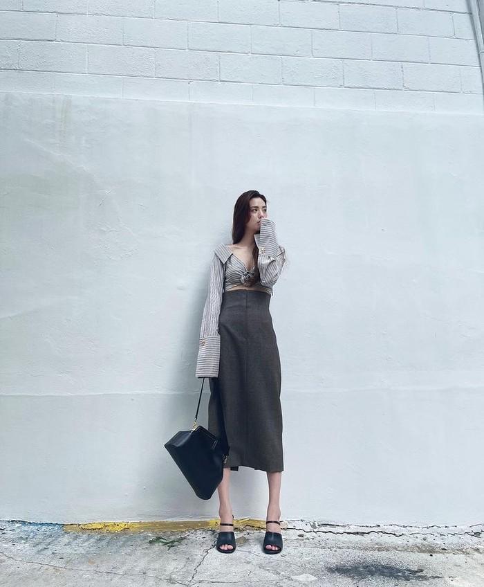 Memadukan kemeja cropped model one-shoulder bermotif garis-garis seharga 1450 USD dengan rok pensil berpinggang tinggi seharga 1350 USD dari label Fendi membuat Nana After School terlihat menawan banget, ya Beauties./Foto: Instagram.com/jin_a_nana