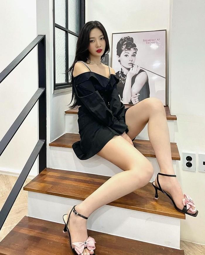 Memiliki kaki jenjang, Beauties bisa coba padupadankan atasan off-shoulder yang dimiliki dengan bawahan rok mini model lipat seperti yang dikenakan Joy Red Velvet ini!/ Foto: Instagram.com/_imyour_joy