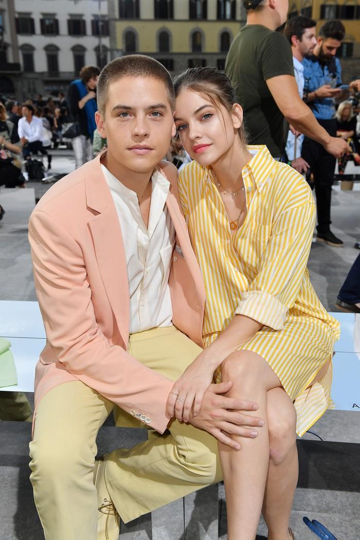 Mereka juga memanfaatkan kesempatan fashion week lain untuk tampil fashionable dengan warna pastel yang cerah dari Salvatore Ferragamo. Lucu ya, Beauties? Foto: pinterest.com/stylishstarlets.blogspot.com
