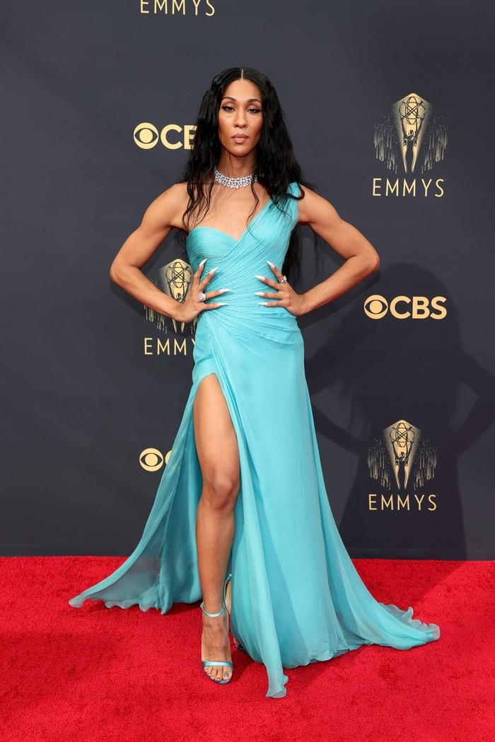 Berhasil mencetak sejarah dengan menjadi transgender pertama yang masuk nominasi kategori Outstanding Lead Actress Drama Series, MJ Rodriguez tampil stunning dalam gaun model one-shoulder dari Versace. Foto: Getty Images
