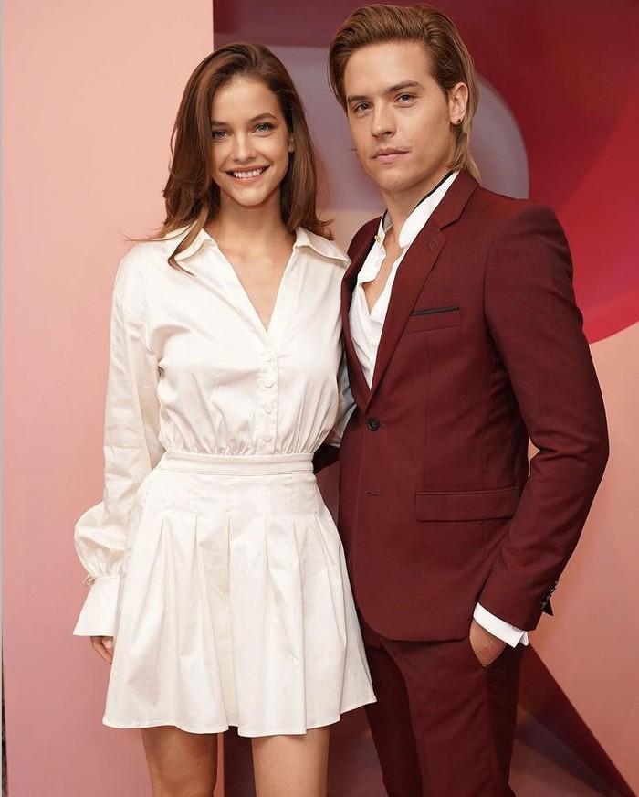 Pada acara yang diselenggarakan Revolve baru-baru ini, Barbara dan Dylan tampak bersinergi dengan pakaian maroon dan putih. Dress putih Barbara begitu feminin, kontras dengan setelan jas maroon yang dikenakan pasangannya. Foto: instagram.com/enews