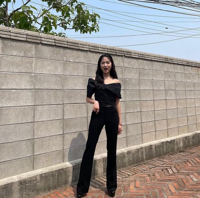 Pemilik tubuh mungil seperti aktris Kim Hye Hyon dapat pula memadupadankan atasan off-shoulder dengan Hight-Waist Length Pants yang dapat memberi kesan kaki jenjang, nih Beauties/ Foto: Instagram.com/hye_yoon1110