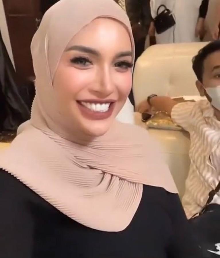 Penampilan beda Millendaru di acara 4 bulan pengajian Aurel Hermansyah di sorot. Yuk intip!
