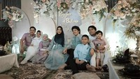 <p>Keluarga Krisdayanti, Amora, dan Kellen kompak mengenakan baju putih. Sementara Ashanty, Anang, Azriel, Arsy, dan Arsya mengenakan baju ungu. (Foto: YouTube AH)</p>