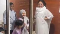 <p>Atta Halilintar juga tak melewatkan momen kedekatan anak-anak Krisdayanti dan Ashanty di sana. Dalam video yang diunggahnya, Amora, Kellen, Arsy, dan Arsya terlihat kompak saat di acara. (Foto: Instagram @attahalilintar)</p>
