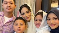 <p>Pengajiannya itu dihadiri keluarga inti, termasuk Krisdayanti beserta kedua anaknya dari Raul Lemos yaitu Amora dan Kellen. (Foto: Instagram @krisdayantilemos)</p>