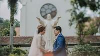 <p>Setelah dihujani banyak pertanyaan dari netizen, sang istri, Stephani Defirstta, mengungkap bahwa dirinya dan sang suami tak berbeda agama. (Foto: Instagram: @catra8felder)</p>