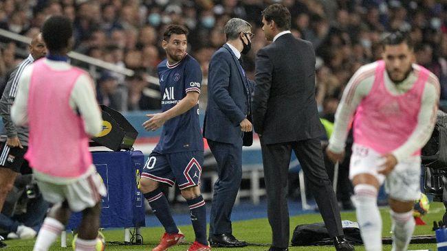 Lionel Messi tidak ikut merayakan gol dan kemenangan PSG atas Lyon bersama suporter usai pertandingan Liga Prancis di Parc Des Princes.