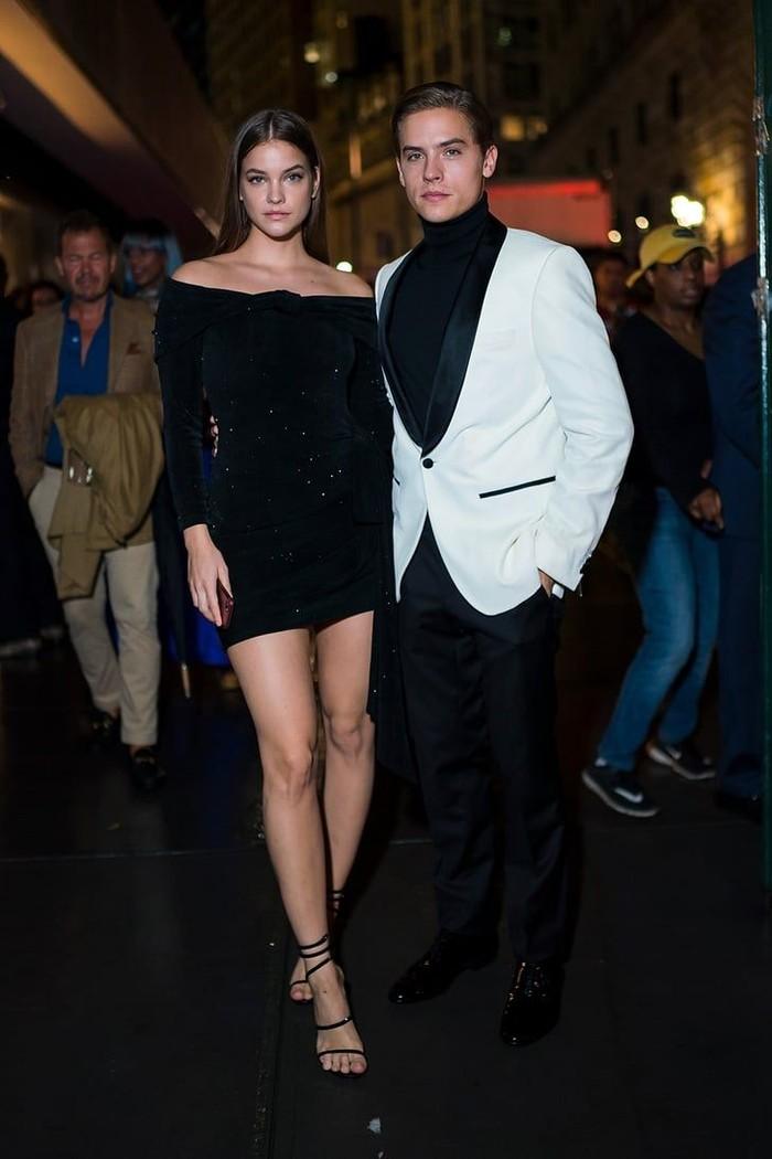 Resmi berpacaran sejak tahun 2018, pasangan selebriti Barbara Palvin dan Dylan Sprouse tampak serasi pada berbagai acara. Keduanya tampak mengenakan outfit bertema monochrome saat menghadiri acara Vanity Fair. Foto: pinterest.com/POPSUGAR