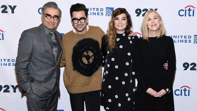 Para pemeran Schitt's Creek reuni dalam Emmy Awards 2021 pada Minggu (19/9) waktu AS usai cetak sejarah dalam Emmy Awards 2020.