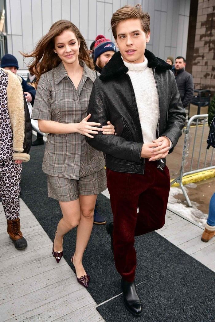 Sebagai pasangan aktor dan model, Dylan dan Barbara sering menghadiri fashion week bersama lho! Salah satunya saat mereka datang ke fashion show Boss pada NYFW tahun 2019 dengan pakaian yang senada ini. Foto: pinterest.com/GQ Magazine