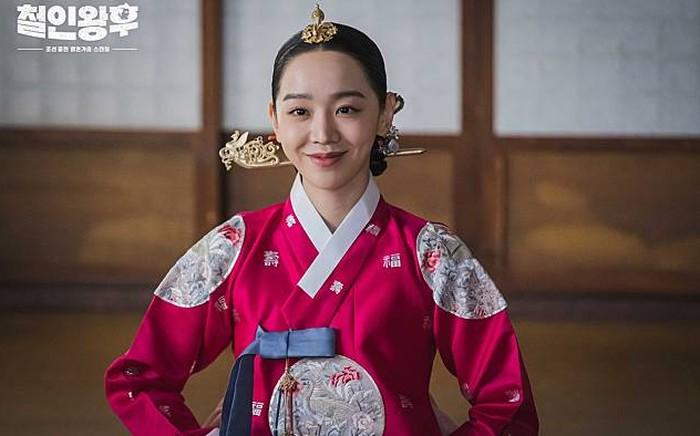Nah, aktris satu ini pastinya sudah terkenal banget sekaligus drama yang dibintanginya, yaitu Shin Hye Sun, sebagai ratu Kim So Young dalam drama Mr. Queen (2020)!/Foto: tvN Drama