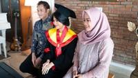 <p>Ikke Nurjanah dn Aldi Bragi menghadiri acara wisuda sang putri yang digelar secar online. Meski wisuda di rumah, kebahagiaan tak lepas dari wajah mereka. (Foto: Instagram @adirakania)</p>