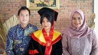 <p>Ikke Nurjanah dn Aldi Bragi tengah berbahagia. Putri mereka, Siti Adira Kania baru saja menamatkan pendidikan sarjana. Ia lulus dengan predikat membanggakan, Bunda. (Foto: Instagram @adirakania)</p>