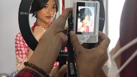 <p>Ikke Nurjanah juga sempat mengabadikan momen ketika putri sulungnya dirias. Siti Adira Kania tampil cantik di hari bahagianya itu. (Foto: Instagram @ikkenurjanah0518)</p>