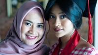 <p>Siti Adira Kania tak lupa mengabadikan momen foto bersama sang Bunda. Putri sulung Ikke Nurjanah ini telah tumbuh menjadi wanita dewasa yang anggun. (Foto: Instagram @ikkenurjanah0518)</p>