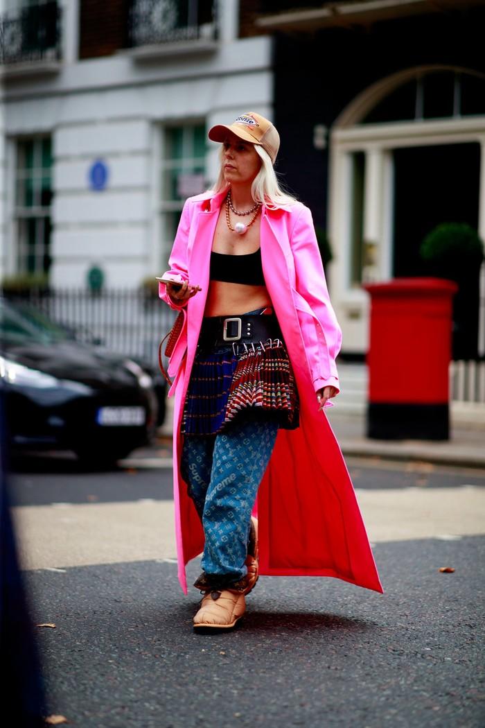 Kesan rebel dan sporty datang lewat kombinasi outerwear, celana baggy, kilt bergaya punk dan crop top! More is definitely more! Foto: livingly.com/IMAXtree