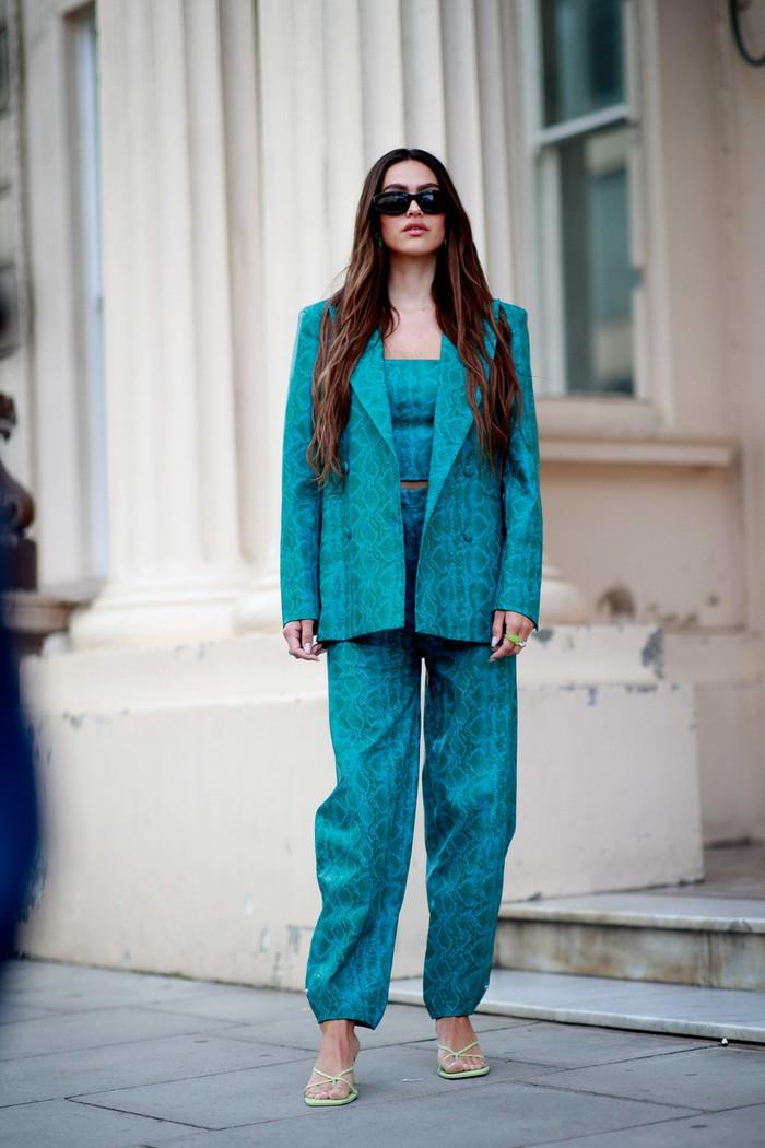 Setelan jas dalam warna turqouise dapat menjadi opsi sempurna untuk tampil playful namun tetap understated. Foto: livingly.com/IMAXtree