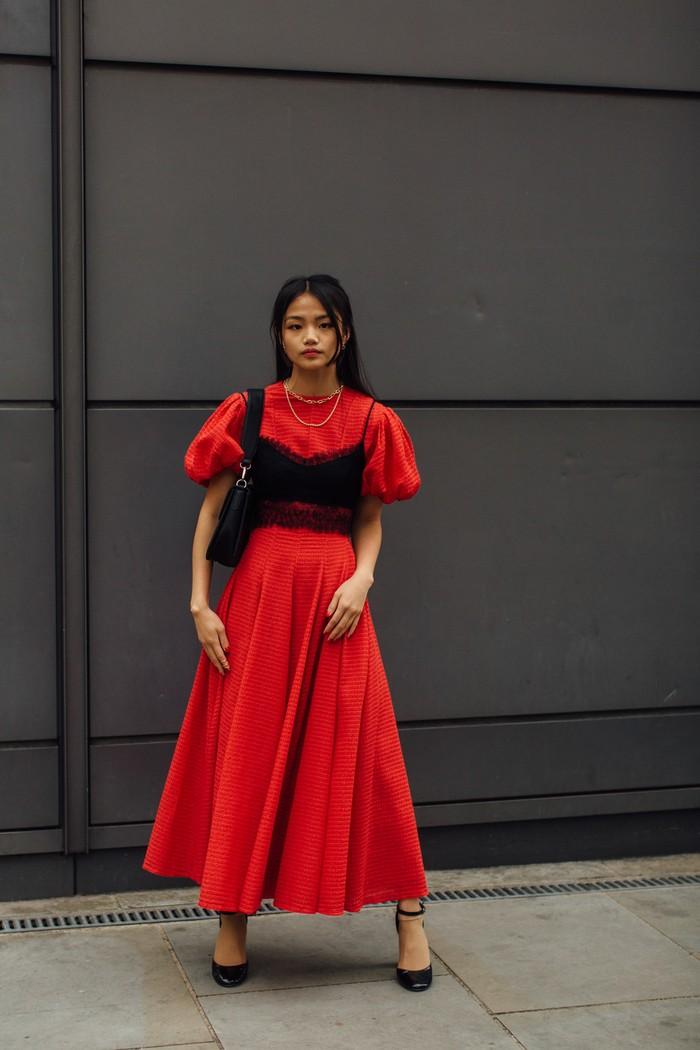 Sebuah dress warna merah kian dapat tampil sarat statement lewat padanan bralette. Foto: livingly.com/IMAXtree