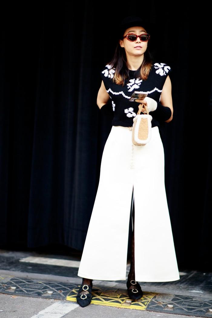 Atasan rajut bernuansa vintage dapat terlihat lebih modern dan chic ketika dikenakan bersama rok atau celana kulot warna putih. Foto: livingly.com/IMAXtree