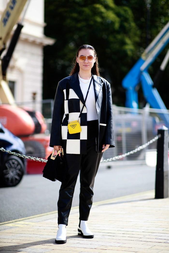 Oversized blazer bermotif selalu menjadi opsi sempurna untuk membuat gaya santai kaus putih dan jeans menjadi lebih stylish. Foto: livingly.com/IMAXtree