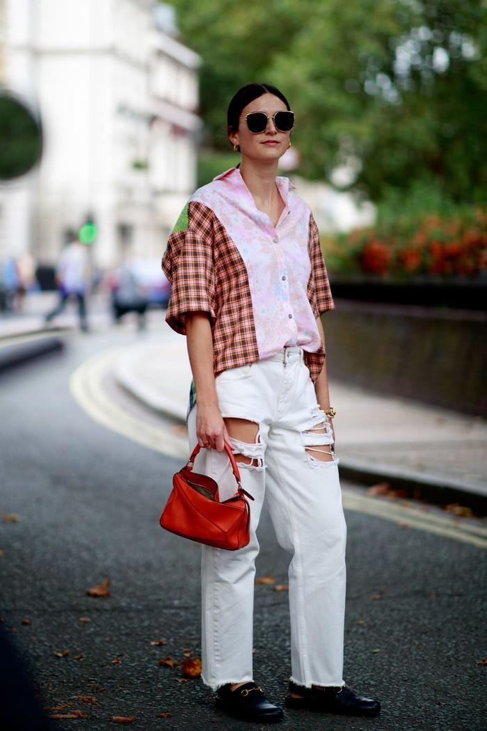 Permainan pola dan warna memberi nuansa kasual pada celana jeans aksen cutout yang edgy. Jangan lupa kenakan sepatu model mules agar lebih qurky. Foto: livingly.com/IMAXtree