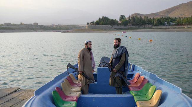 Foto para anggota Taliban main perahu bebek di danau Taman Nasional Bamiyan, Afghanistan, viral di media sosial.