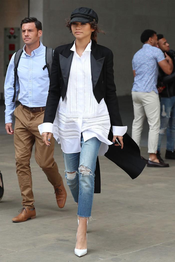 Tampil dalam film Spider-Man, Zendaya sempat mempromosikan filmnya di London dengan paduan gaya street style yang tampak elegan. Ia mengenakan blouse putih panjang dengan bawahan distressed jeans dan long tail jacket. /Foto: Tumblr/zendayac news