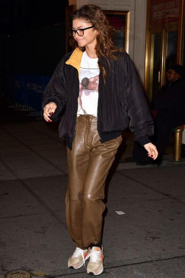 Tampil dengan celana yang cukup berbeda, Zendaya seperti nyaman dengan pakaian yang ia kenakan. Memadukan bomber jacket dengan leather pants, sebuah ide yang cemerlang! /Foto: Getty images/James Devaney