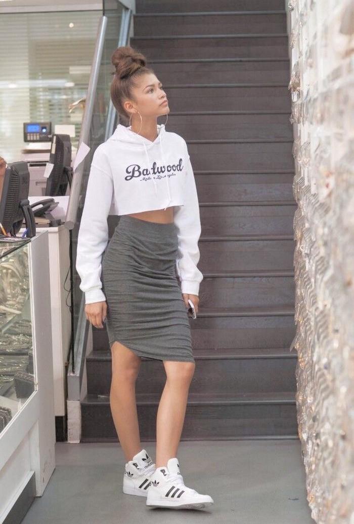 Tapi tidak hanya boyish, Zendaya juga bisa tampil feminim, lho. Seperti ini contohnya, yakni dengan menggunakan crop sweater yang kemudian dipasangkan dengan pencil skirt dan menggunakan sepasang sepatu Adidas. /Foto: Tumblr/zendayac news
